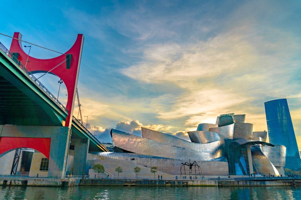 Musée Guggenheim de Bilbao vu depuis le fleuve Nervion